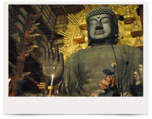 奈良県・東大寺 大仏殿にて